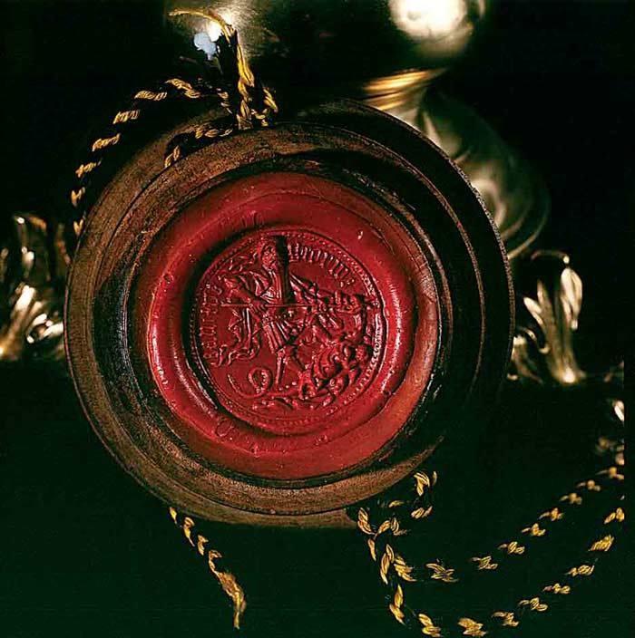 Srednjeveški pečat mesta Ptuj s podobo Velikega mojstra Viteške bratovščine Svetega Jurija iz Karantanije, ki premaguje zmaja. Mesto Ptuj je bilo včlanjeno v to viteško bratovščino, saj je prispevalo svoj delež v prizadevanju za vnovično vrnitev cesarskega mesta Konstantinopla nazaj v krščanski svet iz rok Turkov.
